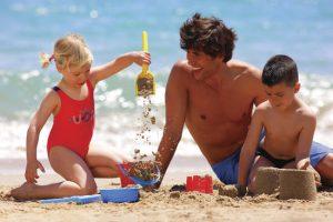 Famille sur la plage (copy Lluis Carro - ACT)