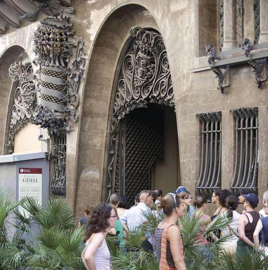 Touristes à l'entrée du Palais Güell - copyright Imagen MAS - ACT