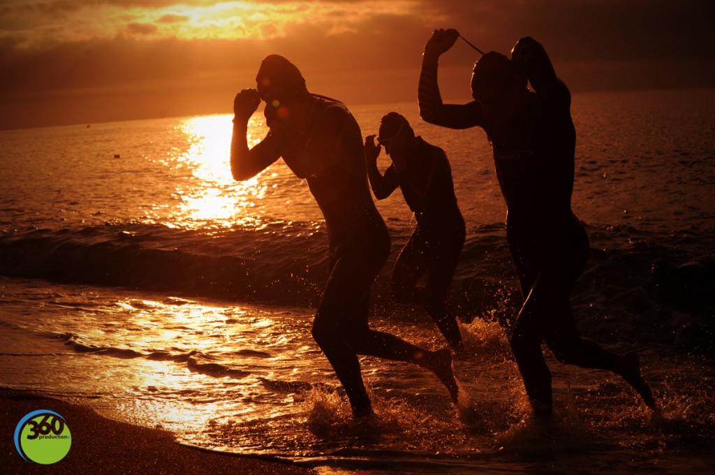 Nageurs sortant de l'eau sur la plage de Calella