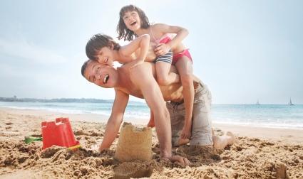 Famille sur la plage en Catalogne - copyright ACT