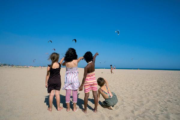 Enfants sur la plage en Catalogne