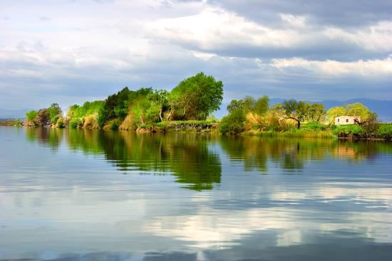 Vue de l'Ebre, fleuve de Catalogne (Espagne) donnant son nom à Deltebre et à la région des Terres de l'Ebre.