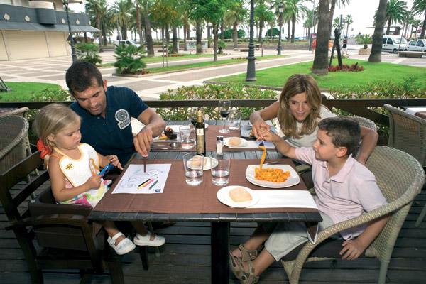 Une famille au restaurant dans une DTF en Catalogne