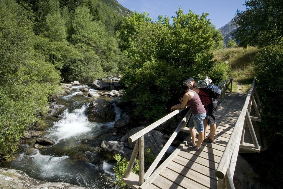 Randonneurs dans la Vall de Boí. Pause sur un torrent de montagne.