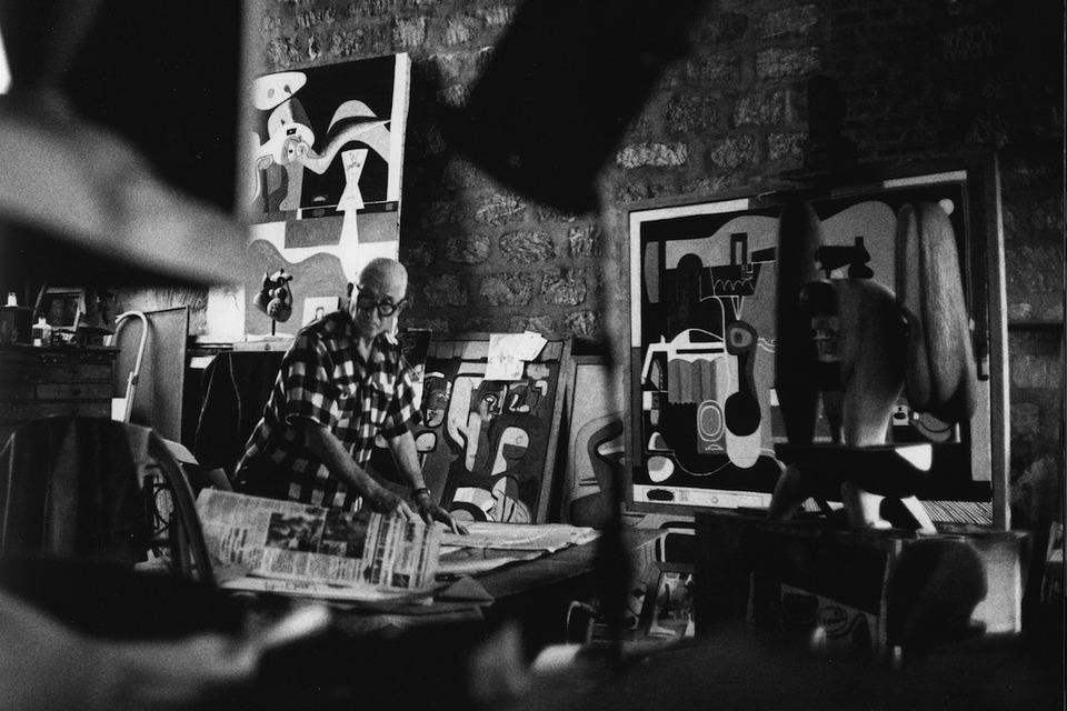 Le Corbusier dans son studio au numéro 24 de la rue Nungesser-et-Coli, 1960. © René Burri / Magnum Photos