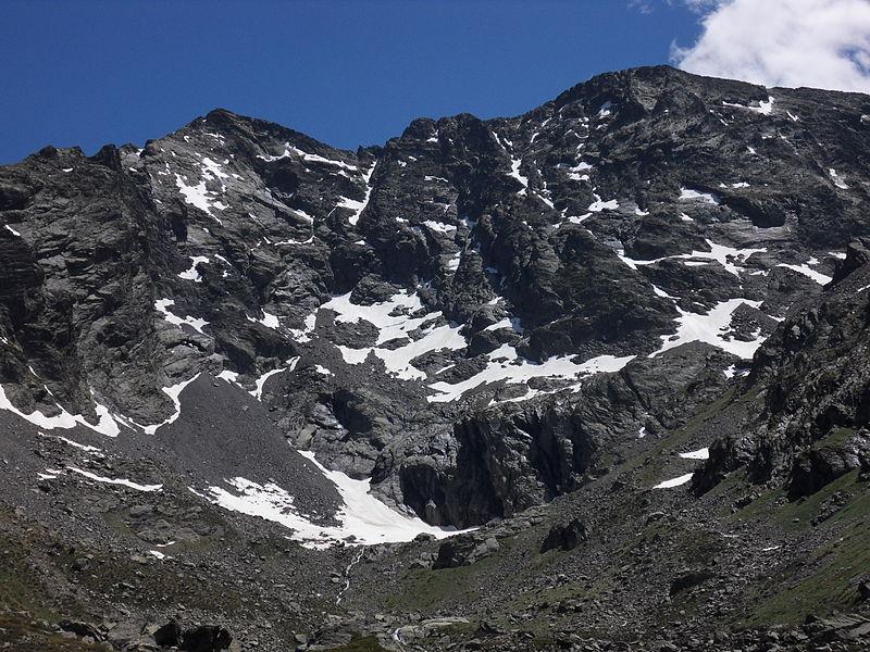 Le pic de Médécourbe et le lac du même nom.