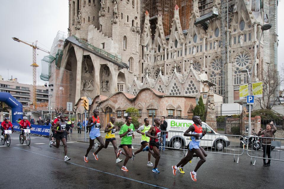 Les leaders passant devant la Sagrada Familia, vers le 16ème kilomètre. © Zurich Marató de Barcelona