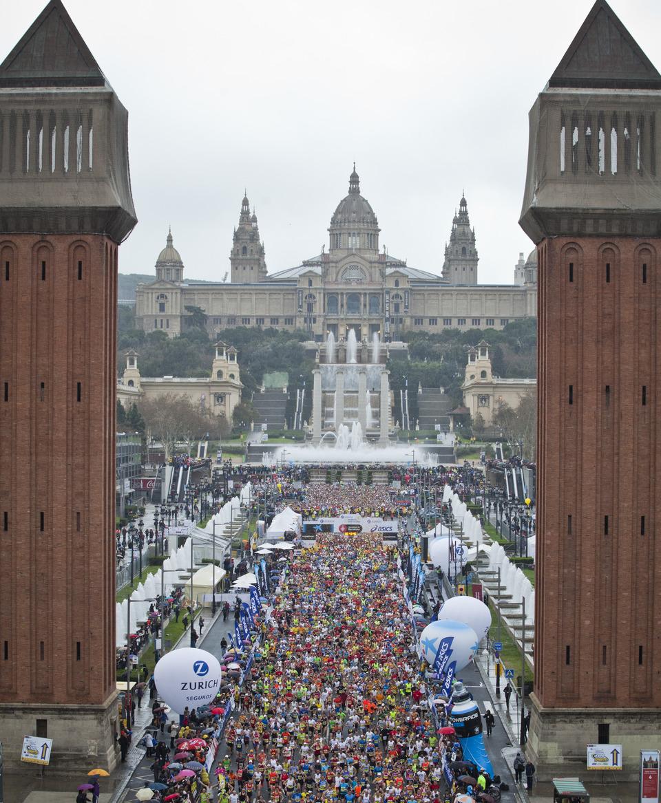 Le départ du Marathon de Barcelone, la foule des coureurs passant les deux tours Vénitiennes. © Zurich Marató de Barcelona