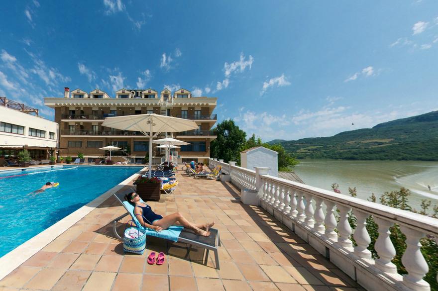 L'Hôtel Terradets, sa piscine, sa terrasse et le lac.