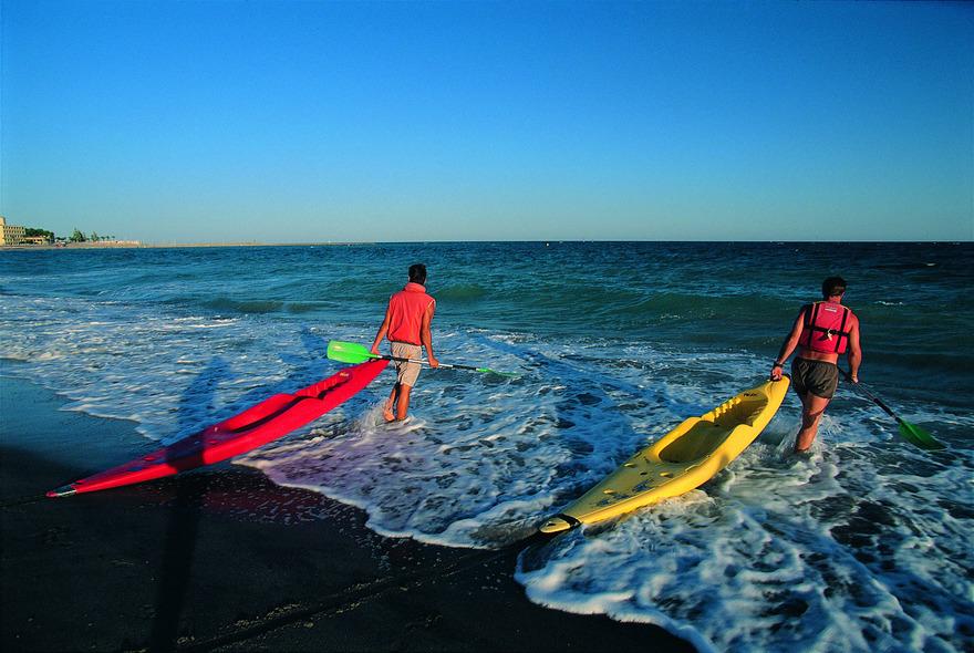 Canoes entrant dans l'eau sur la plage de l'Hospitalet de l'Infant - Costa Daurada (Copyright : Rafael López-Monné - ACT)