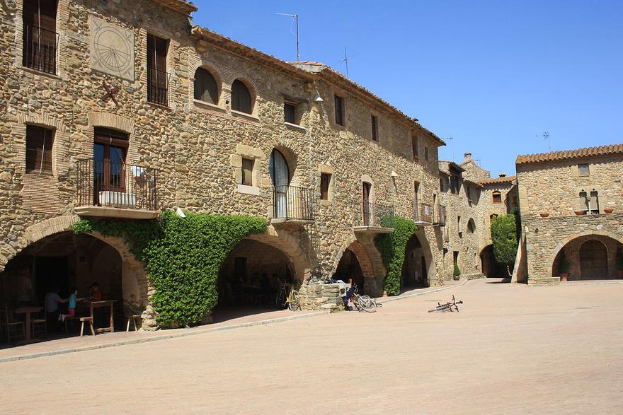 La place du village de Monells - wikipedia