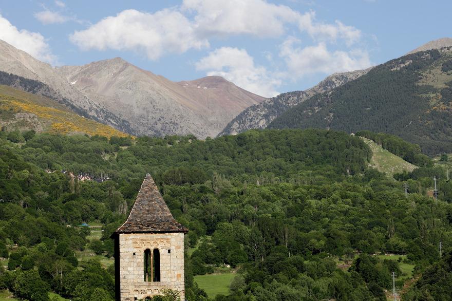 Eglise du Vall de Boi et Parc National en arrière plan - photo Vincent Gaudin