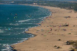 Kite-surfeurs dans le golf de Roses