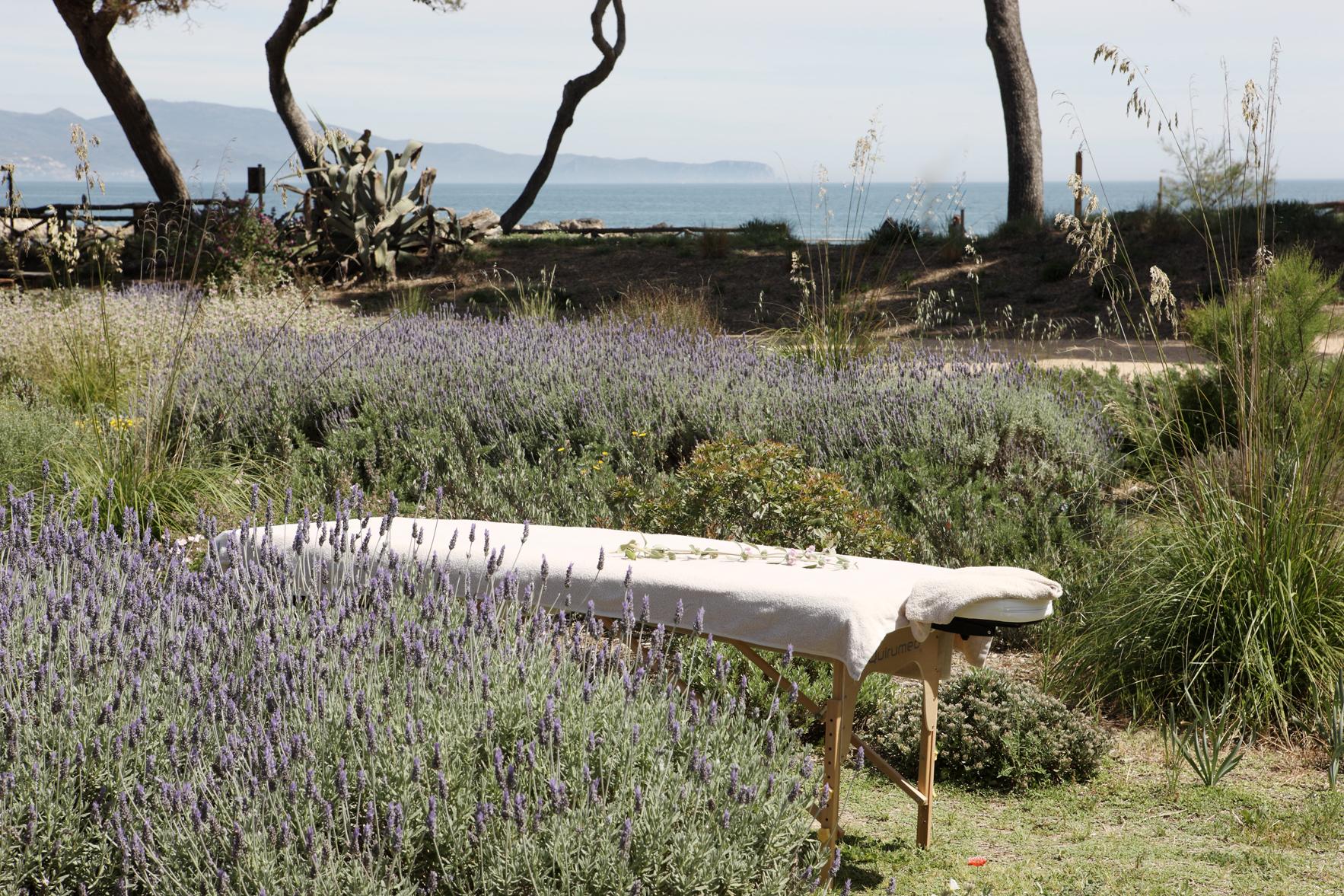 Moment de relaxation dans les jardins de l'hôtel Empuries - © Hostal Empuries