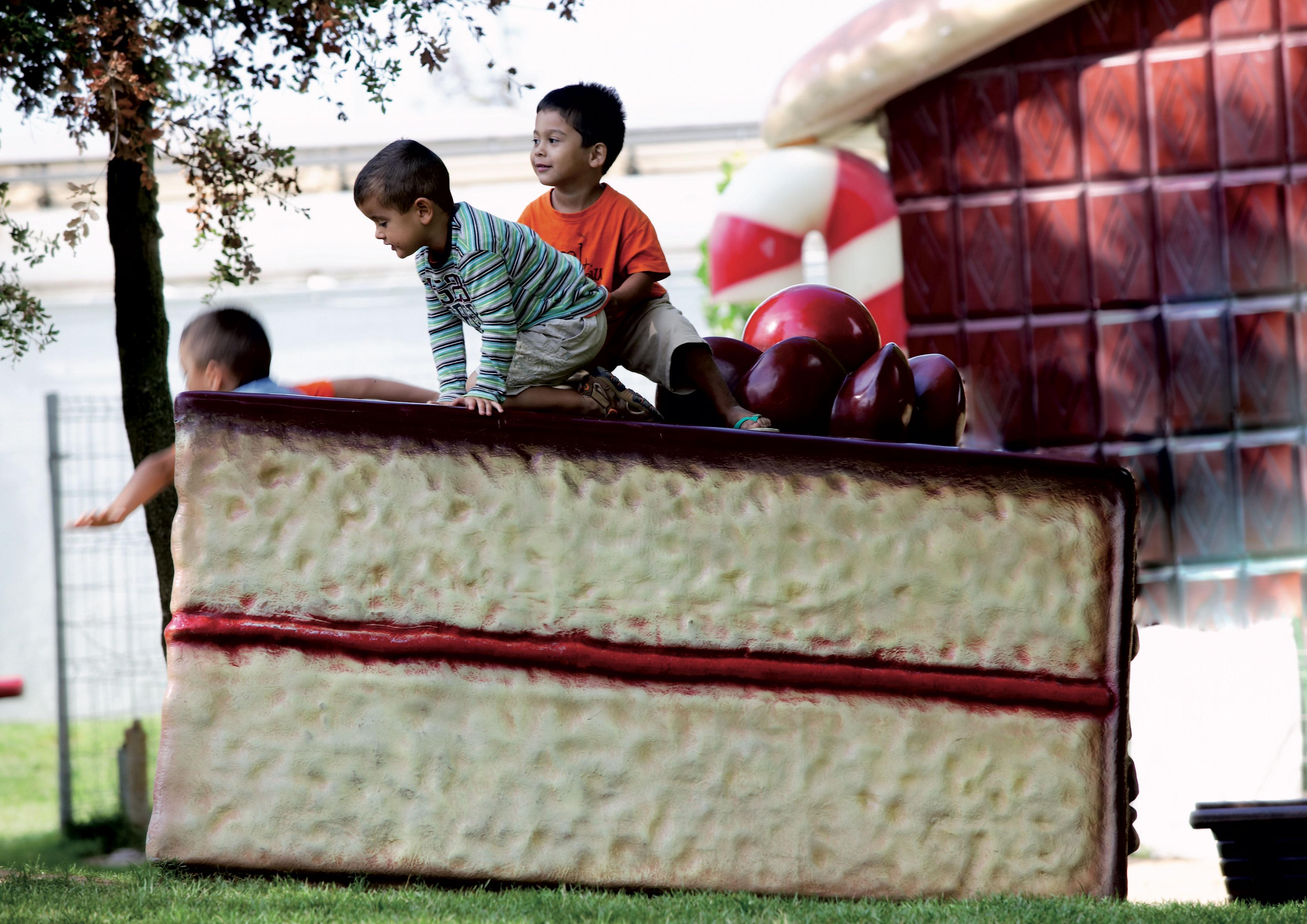 Enfants sur une énorme tranche de gâteau au parc pour enfants Francesc Macià, à Malgrat de Mar ©  Cablepress