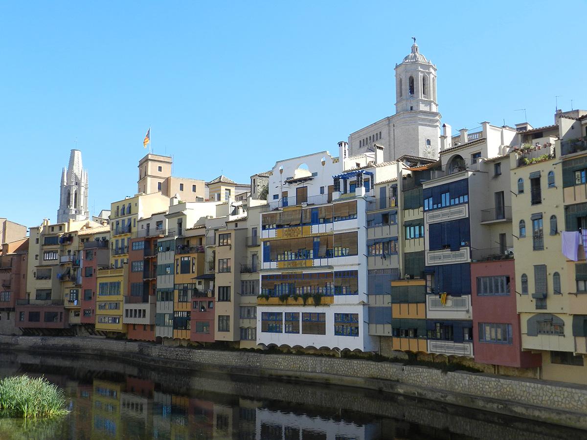 Maisons de la rivière avec la Casa Masó en blanc © Agnès Julià