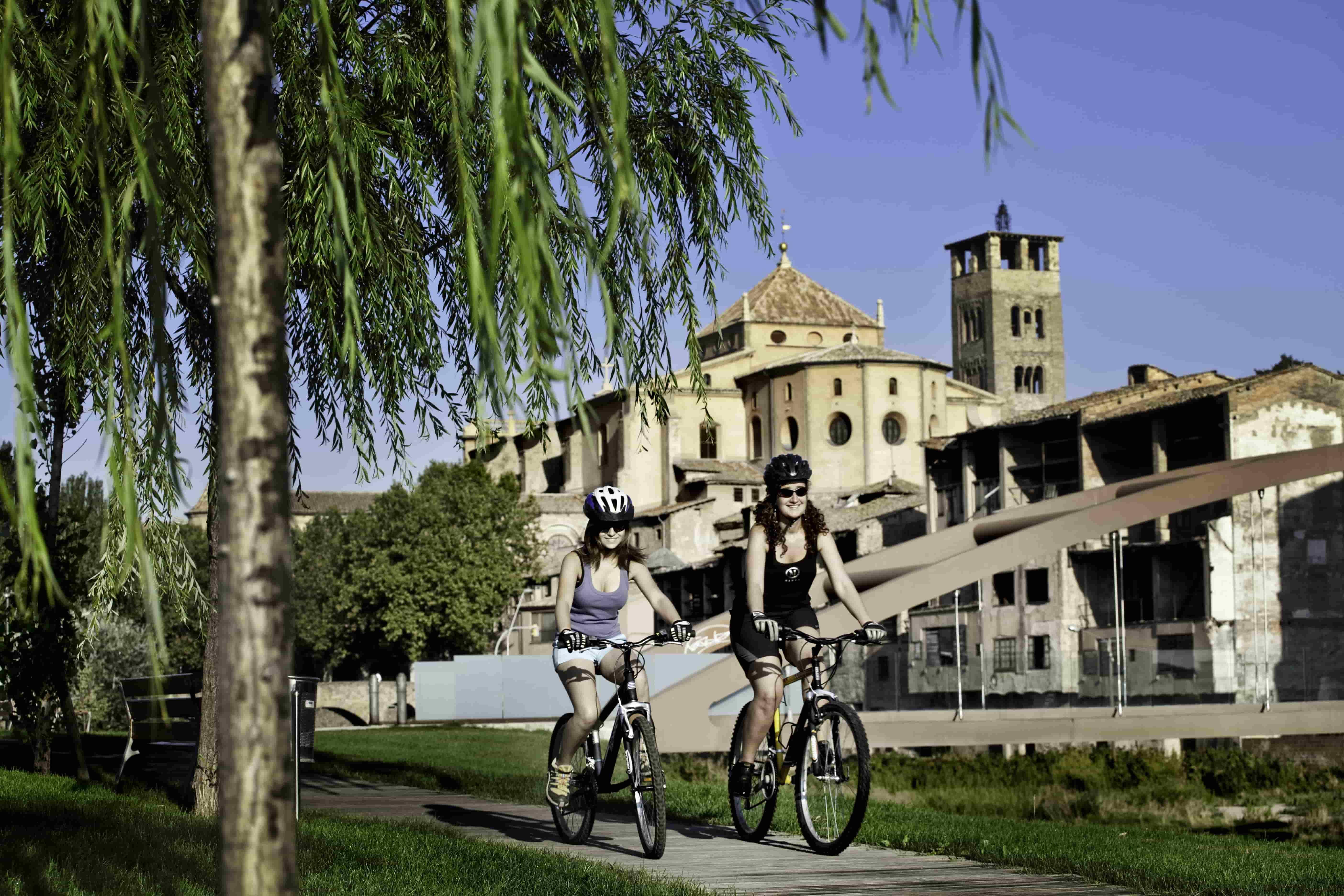 Vic en vélo / Cathédrale et pont roman