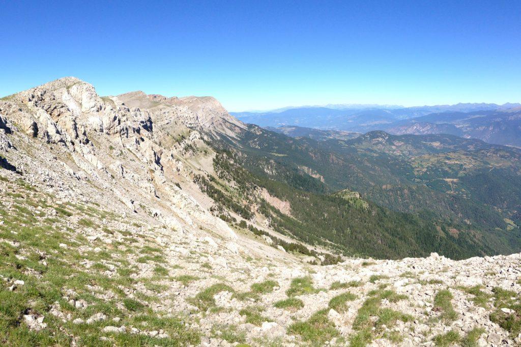 Chemin Gosolans avec vue sur le versant nord de la Serra du Cadi