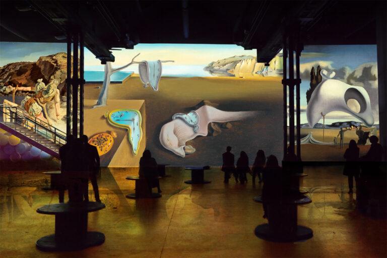 Salvador Dalí, Le spectre du Sex-Appeal, vers 1934, huile sur bois, 17,9 x 13,9 cm, Fundació Gala-Salvador Dalí; La persistance de la mémoire, 1931, huile sur toile, 24,10 x 33 cm, The Museum of Modern Art, New York (Donation anonyme 1934), © 2019. Digital image, The Museum of Modern Art, New York/Scala, Florence; Vestiges ataviques après la pluie, vers 1934, huile sur toile, 65 x 54 cm, Collection Privé, photo: © Bridgeman Images - Pour toutes les œuvres de Salvador Dalí : © Salvador Dalí, Fundació Gala-Salvador Dalí, ADAGP 2020 © Culturespaces / Nuit de Chine
